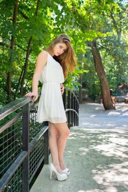 Portrait femme à robe blanche sur un pont