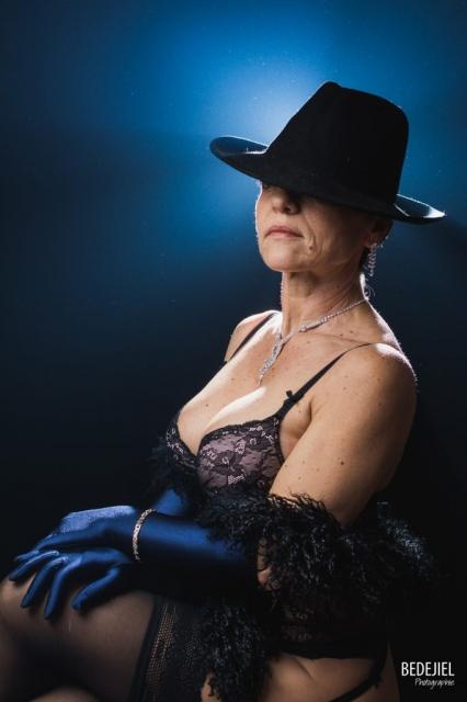 Portrait femme au chapeau en studio