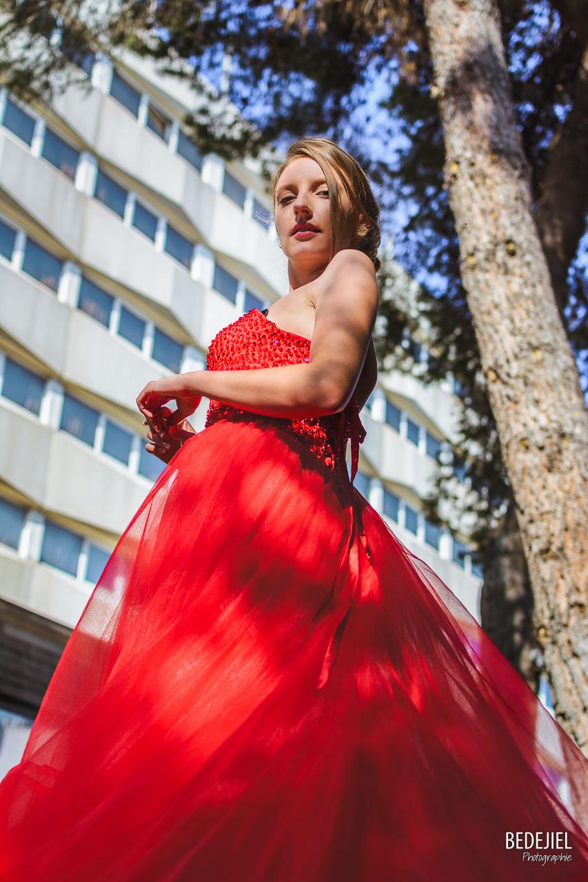 Portrait femme en robe rouge