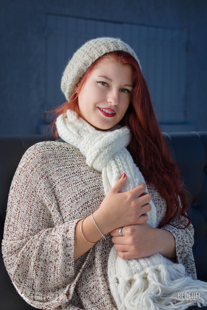 Portrait femme bonnet et echarppe