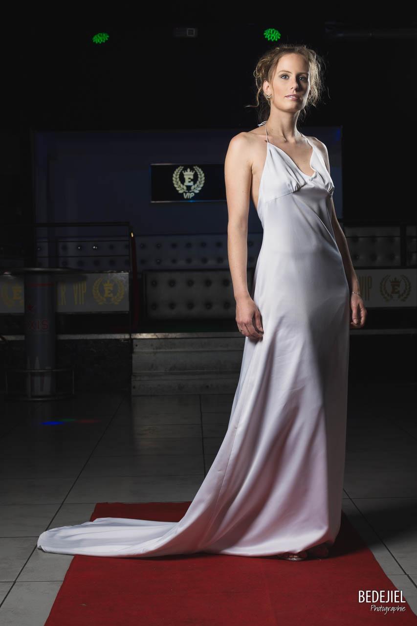 Femme élégante en studio
