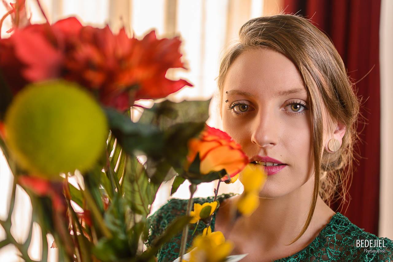 Portrait de femme avec bouquet de fleur