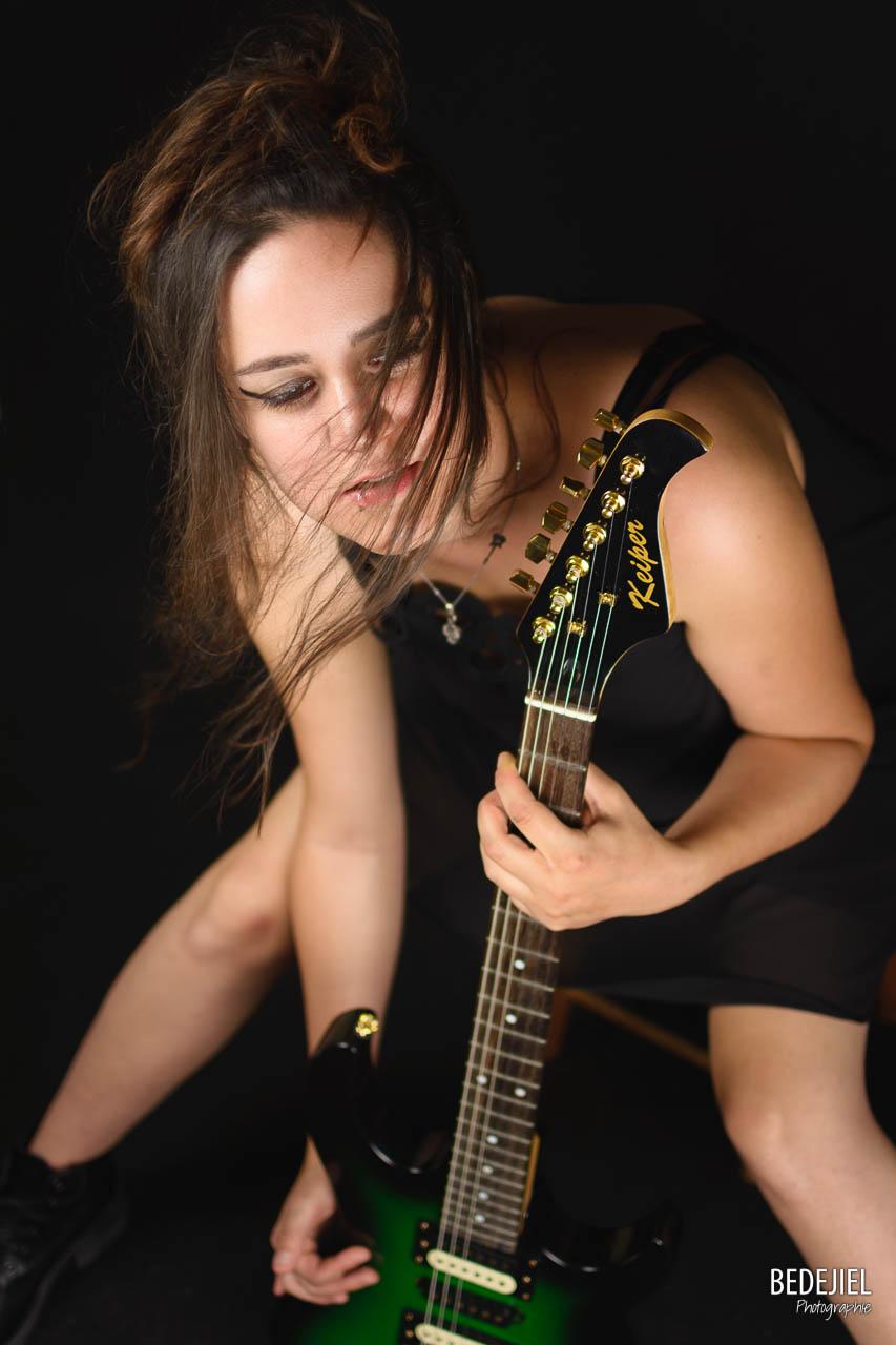 Rockeuse avec sa guitare